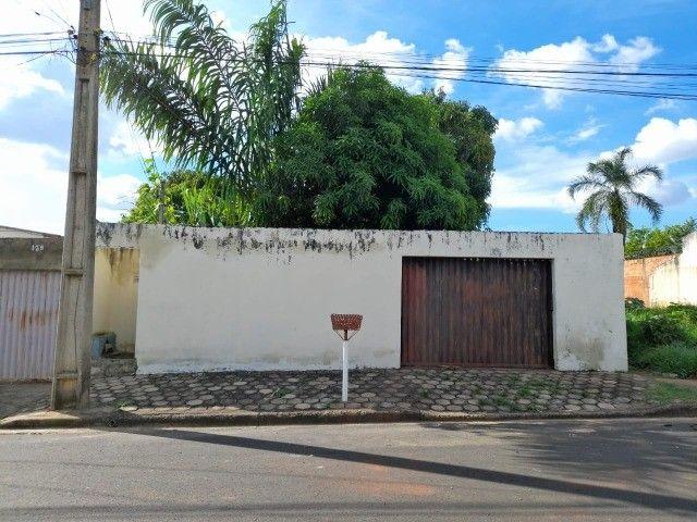 Lote no Shopping Park com uma casinha simples ao fundo R$ 110.000,00