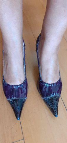 Sapato de salto com elástico