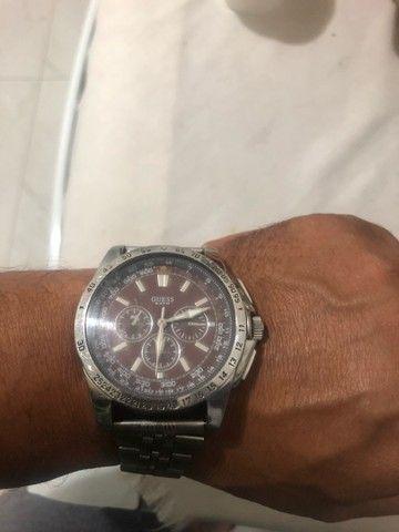 Vendo Relógio marca GUESS fundo marrom. - Foto 2