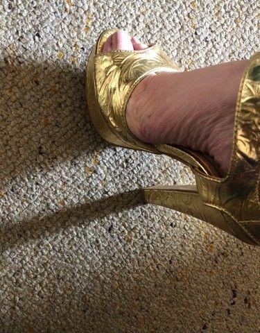 Sandália dourada Santa Lolla tamanho 34 - Foto 6