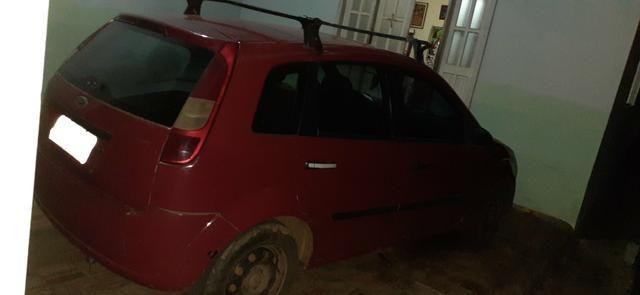 Vendo um Ford Fiesta Hatch vermelho