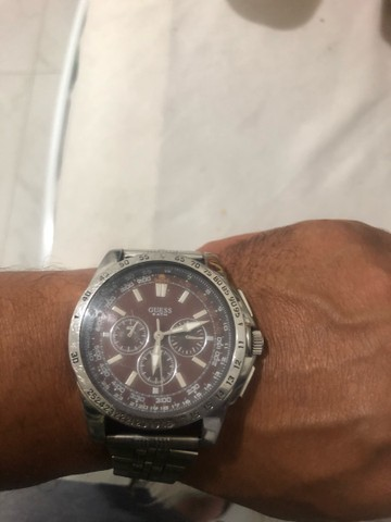 Vendo Relógio marca GUESS fundo marrom.