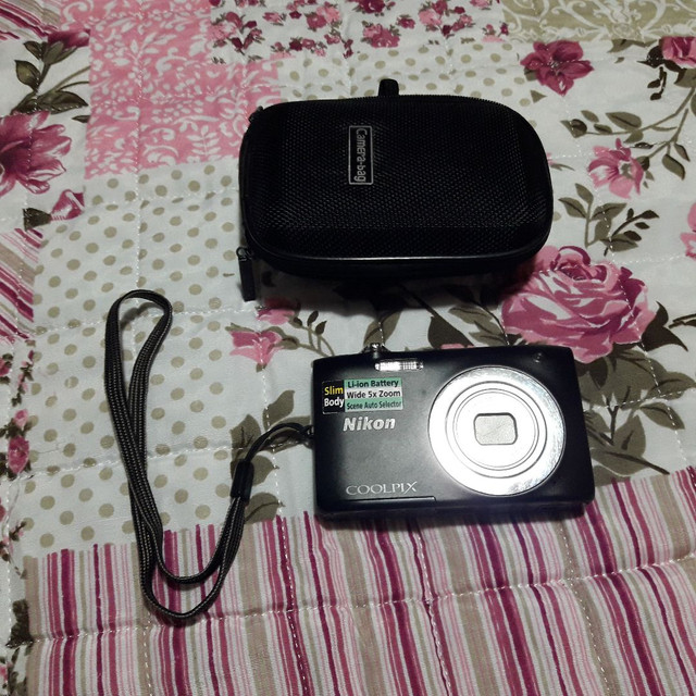 Máquina fotográfica nikon com caregador bateria memória de 4G e cabo para ligar na TV  - Foto 2