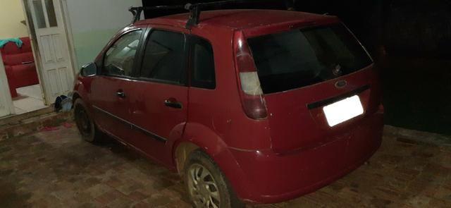 Vendo um Ford Fiesta Hatch vermelho - Foto 2