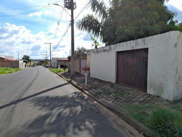 Lote no Shopping Park com uma casinha simples ao fundo R$ 110.000,00 - Foto 2