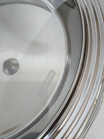 Travessa funda Tramontina inox com tampa de vidro - Foto 3