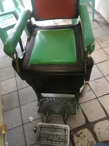 Vendo cadeira de cabeleireiro antiga de palhinha - Foto 4