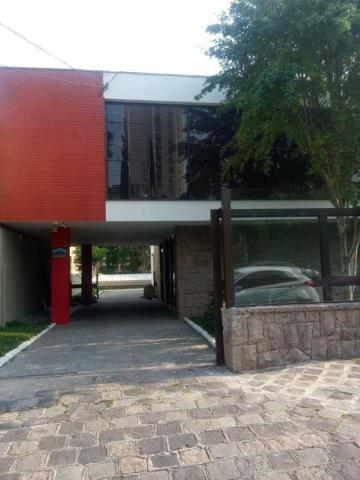 Linda residência comercial com muitas salas e amplo estacionamento