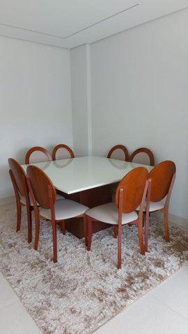 Mesa Para Sala De Jantar Monza com 8 cadeiras medalhão em madeira e linho estofado - Foto 4