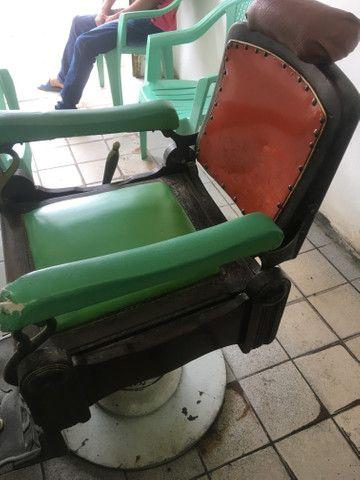 Vendo cadeira de cabeleireiro antiga de palhinha - Foto 6