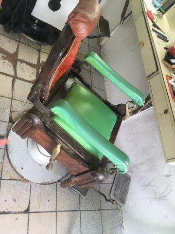 Vendo cadeira de cabeleireiro antiga de palhinha - Foto 3