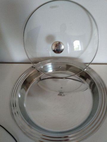 Travessa funda Tramontina inox com tampa de vidro - Foto 2