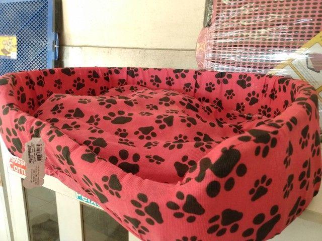 Cama G rosa com estampa de patinhas