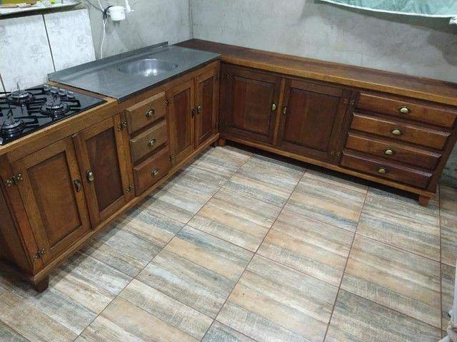 Cozinha em L toda em madeira maciça de cedro - Foto 5