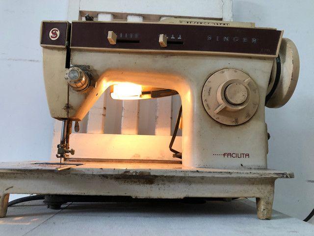 Antiga máquina de costura Singer Facilita - Foto 2