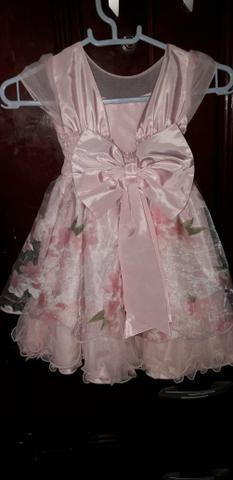 Vestido de festa e cortina menina