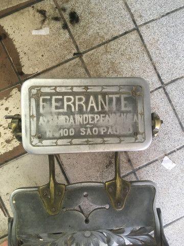 Vendo cadeira de cabeleireiro antiga de palhinha - Foto 2