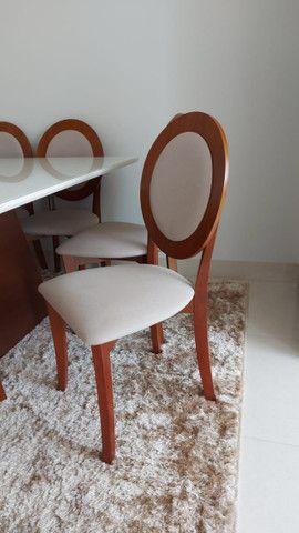 Mesa Para Sala De Jantar Monza com 8 cadeiras medalhão em madeira e linho estofado