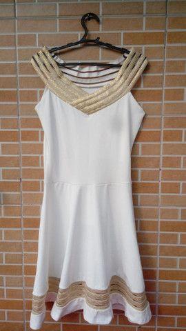 Vestido Chic: branco com dourado - Foto 3