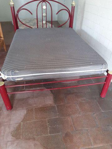 Cama de metal com colchão