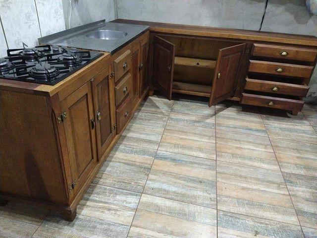 Cozinha em L toda em madeira maciça de cedro