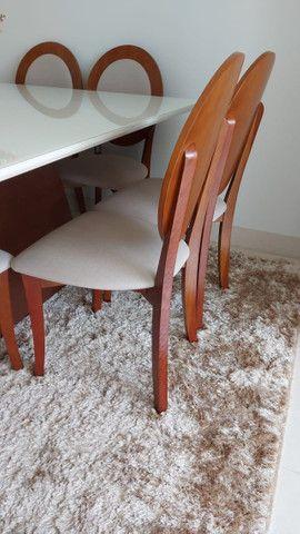 Mesa Para Sala De Jantar Monza com 8 cadeiras medalhão em madeira e linho estofado - Foto 2