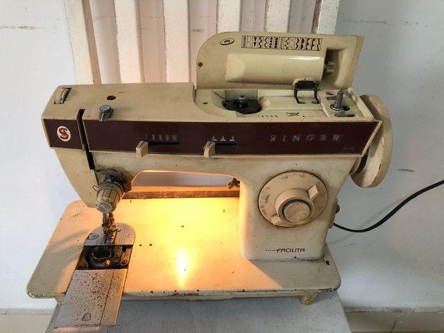 Antiga máquina de costura Singer Facilita