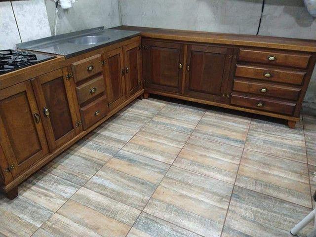 Cozinha em L toda em madeira maciça de cedro - Foto 4