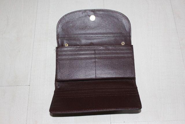 Vendo -carteira na cor café tem 19cm de largura e 10cm de altura - Foto 2