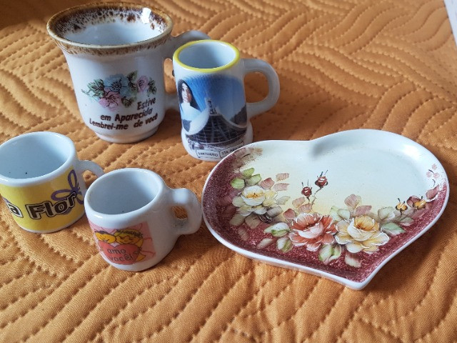 Souvenir miniaturas porcelana e cerâmica