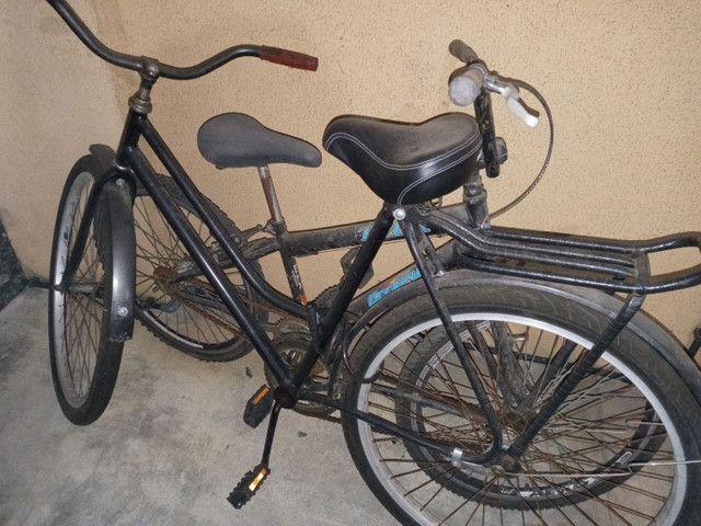 Duas bicicletas , usadas