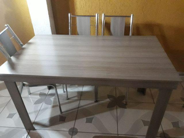 Mesa de madeira com 6 cadeiras. - Foto 2