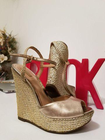 Sandália dourada Schutz - Foto 2
