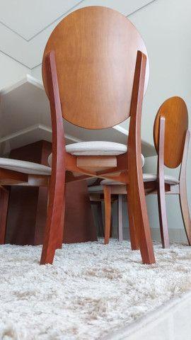 Mesa Para Sala De Jantar Monza com 8 cadeiras medalhão em madeira e linho estofado - Foto 3