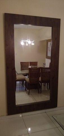 Espelho com acabamento de madeira rústica