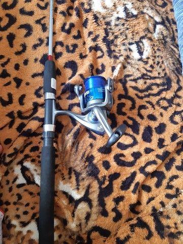 Vara de pescar com molinete