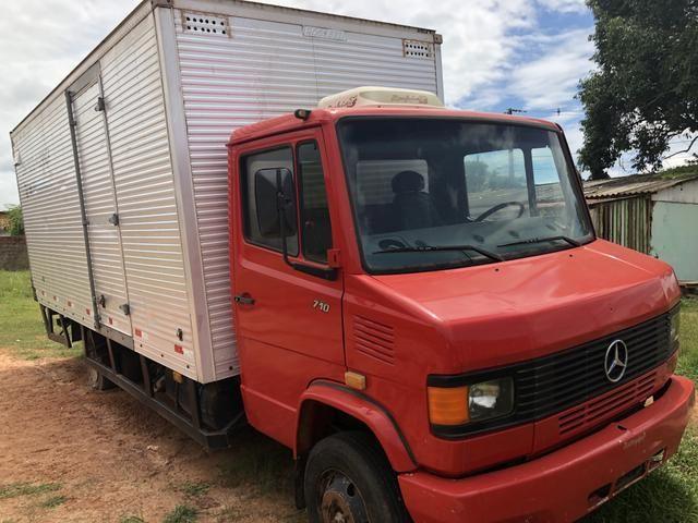 Vendo caminhão 710 baú. Ligar 999407069
