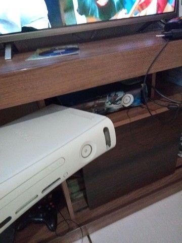 Xbox 360 com um controle e sem fonte