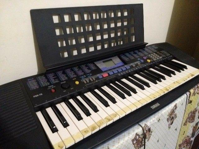 teclado yamaha modelo psr-78 em ótimo estado, com fonte e apoio para partitura. - Foto 2