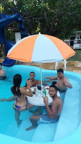 Mesa flutuante com cooler e porta copos para piscina