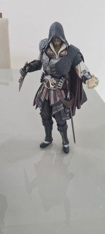 Actions Figures PlayArts Kay Ezio Assassins Creed e Kratos God of War Troco por jogos PS4 - Foto 2