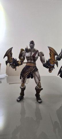 Actions Figures PlayArts Kay Ezio Assassins Creed e Kratos God of War Troco por jogos PS4 - Foto 3