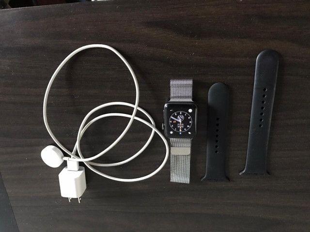 Apple Watch Serie 2 com pulseira prateada estilo milânes