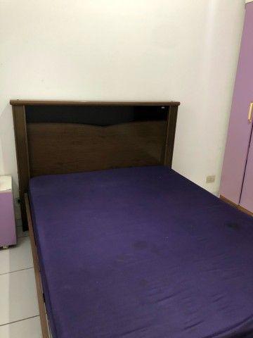 Vende-se um guarda-roupa, cama com colchão e um criado - Foto 3