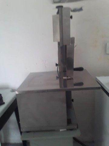 Uma serra de bancada com a balança - Foto 2