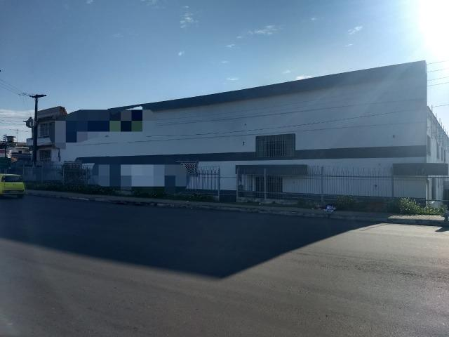 Galpão industrial 2000m², com docas, pé direito alto, piso de alta resistencia