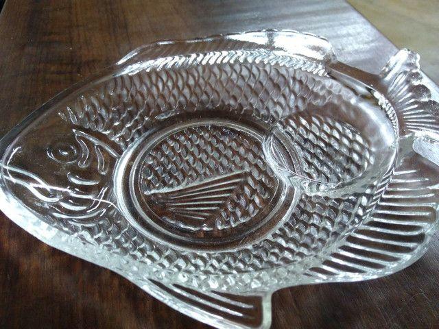 Prato de vidro em formato de peixe para canapés