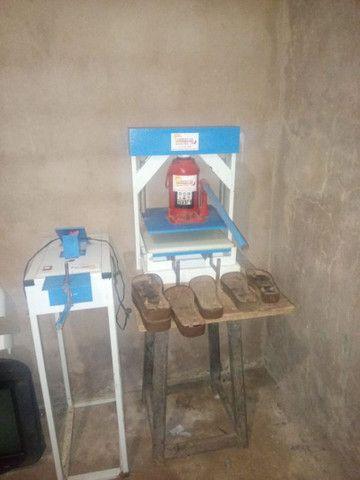 Maquina de costura singer seminova e maquina de fazwr chinelo seminova - Foto 2