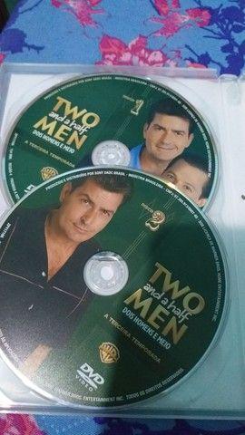 DVD 3 TEMPORADA COMPLETA DOIS HOMENS E MEIO (TWO AND A HALF MEN) - Foto 3