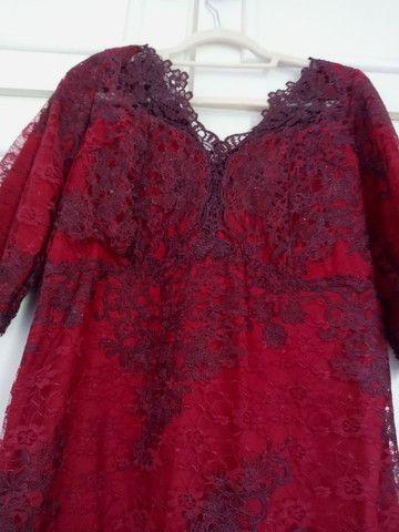 Vestido de festa longuete de renda vermelho escuro - Foto 2